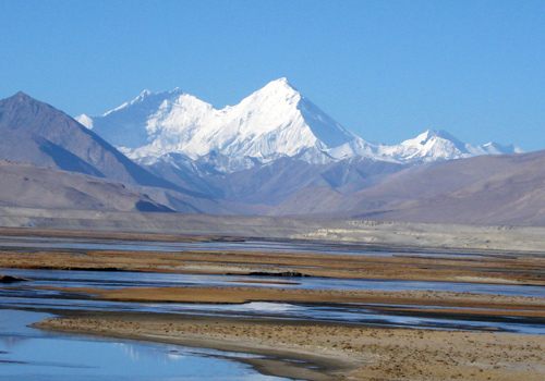 Mt.Everest,the highest peak in the world,is in the south of Shigatse.
