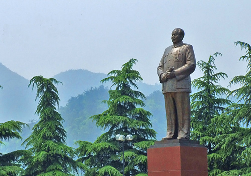 Shaoshan is known as the hometown of Mao Zedong,the founding father of People's Republic of China.