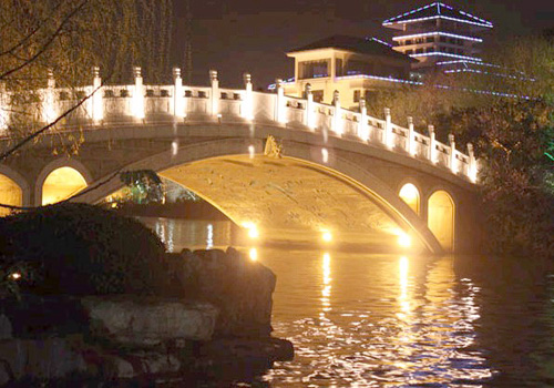 Rongxi Bridge is located on the North Banyan Lake Road, at the junction of Lize Lake and Banyan Lake.