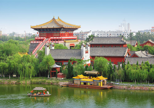 Walking in the park,visitors can get feelings that they have returned to 1000 years ago-lines of ancient shops and hotels,kinds of Song style mansion and houses.