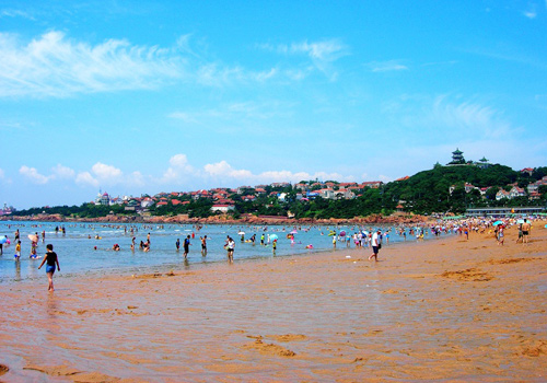 The cool weather in summer in Qingdao make the First Bathing Beach one of the best summer resorts in China.