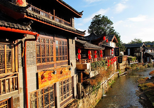 "With ubiquitous bridges and canals, elegant wooden houses, charming inns and bars,Lijiang Old Town is hailed as the ""Oriental Venice"" and ""Suzhou in Highland""."