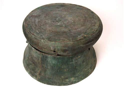 The bronze drum carved with egret was made in Western Han Dynasty.