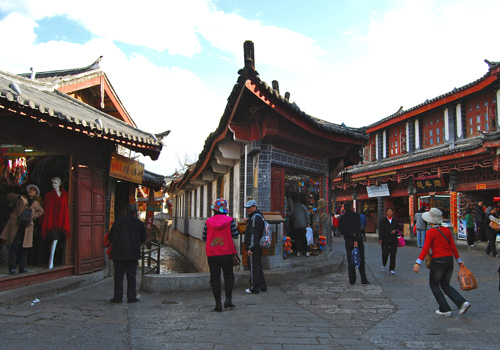 The center of Lijiang Old Town is the Square Street (Sifang Street)