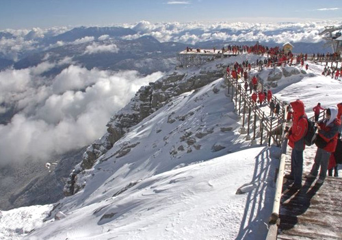 The scenery of Jade Dragon Snow Mountain is at its best in winter with heavy snow on the mountai