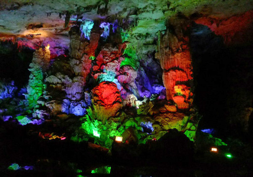 Yiling Cave,named after Yiling Village,is also called Gan Palace,which means a fantastic palace-like cave in local Zhuang language.