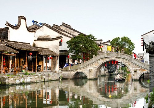 Standing on the Yongning Bridge,you will see the most outstanding scenery of Xitang ancient town.