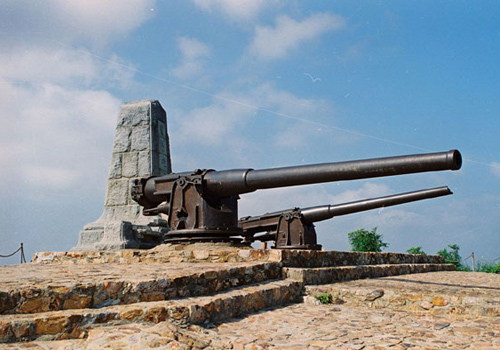 Two cannons near the Wangtai Fortress in East Cockscomb Hill of Dalian.