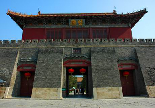 Stepping outside the Daimiao Memorial Archway, you can catch sight of the tall and lofty Zhengyang gate.