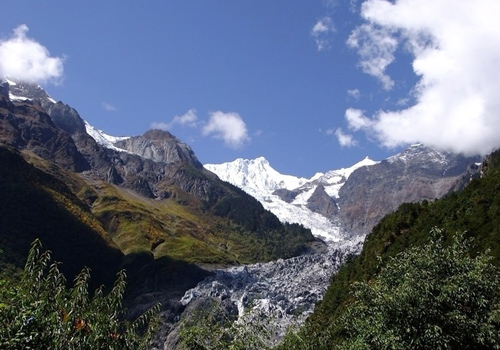 Mingyong Glacier is an extremely long ice under the Kawakarpo Peak,a peak of Meili Snow Mountain.