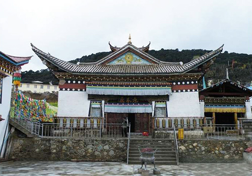 Feilai Temple was built in 1614 according to the mountain terrain with architecture at random discretion.