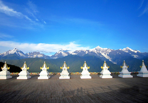 Feilai Temple is famous for amazing scenes of the magnificent Meili Snow Mountain.