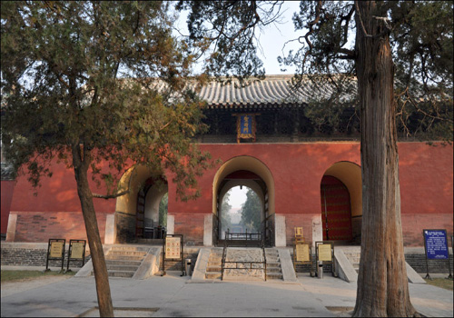 Built in the year of 1415, Shengshi Gate enjoys five arches now with emerald tiles and ruby outer walls.