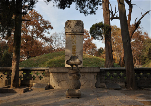 Tomb of Confucius is the centre of Cemetery of Confucius.