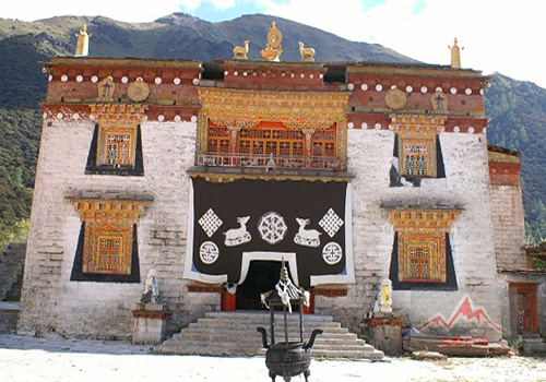 Chong Gu Temple,stands 3880 meters high above the sea level, is located at the foot of Xiannairi Peak,the highest peak of the three sacred peaks in Daocheng County.