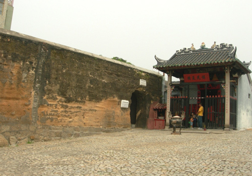 The Section of Old City Walls of Macau refers to the ruins of old city wall of Macau in between Ruins of St. Paul's and Na Tcha Temple.