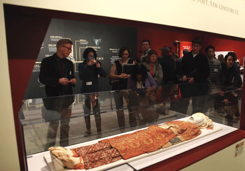 Visitors are viewing a mummy showcased in Xinjiang Uygur Autonomous Region Museum.