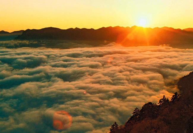 The beautiful sunrise and cloud sea on Shennong Ding, Yichang
