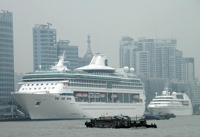 Cruise on Huangpu River can enjoy the views of a full sweep of the Bund and the cityscape of Pudong.