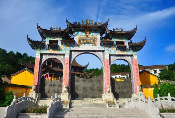 The magnificant temple gate in Mt. Jiuhua
