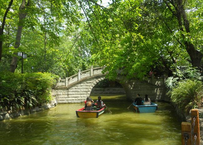 The park is a leisure location for locals, Chengdu
