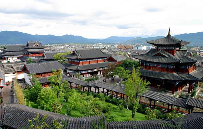 A bird view of a huge private dwelling garden in the ancient city of Dali.