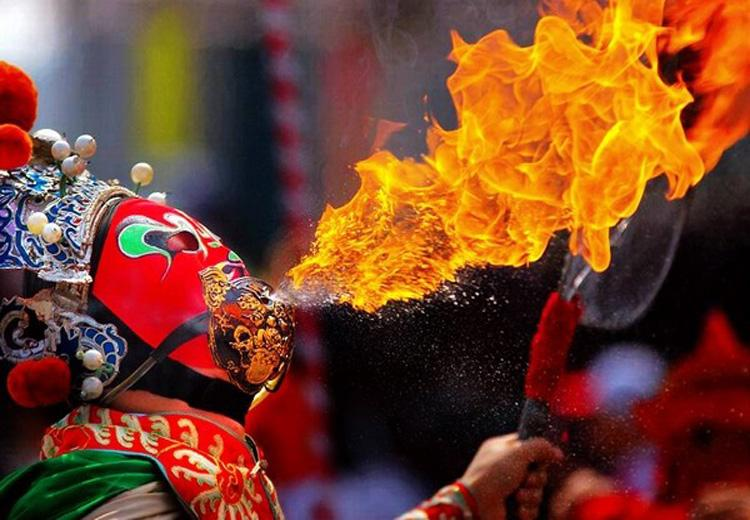Fire-breathing Performance in Sichuan Opera, Chengdu