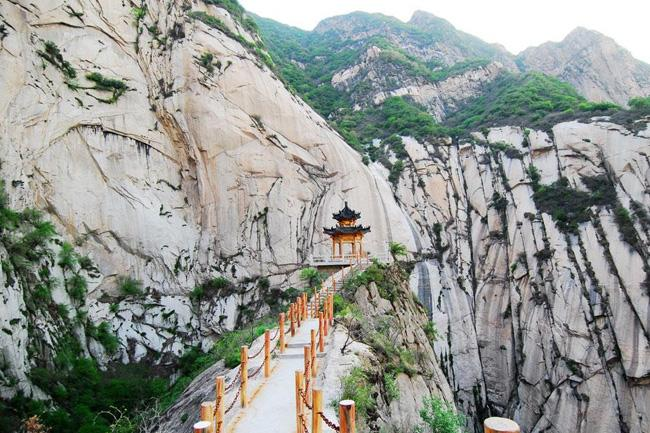 The narrow mountain path on Huashan Mountain, Xi'an