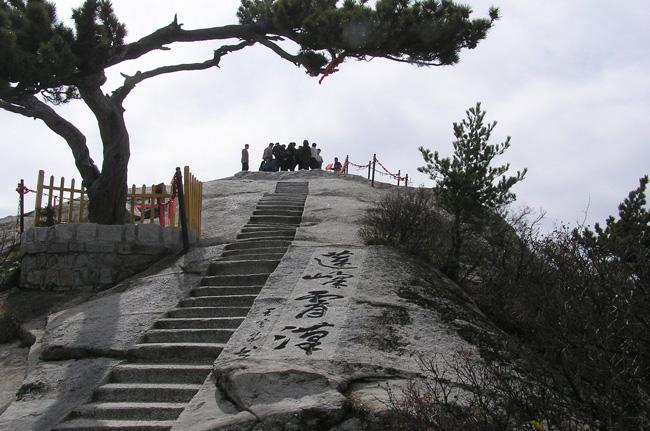 Travellers can enjoy a wide view on the top of the Huashan Moluntain.