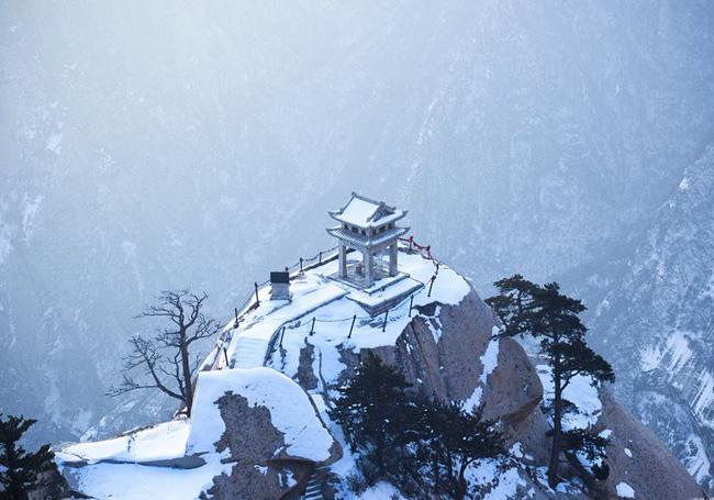 A snow view of the Huashan Moountain, Xi'an