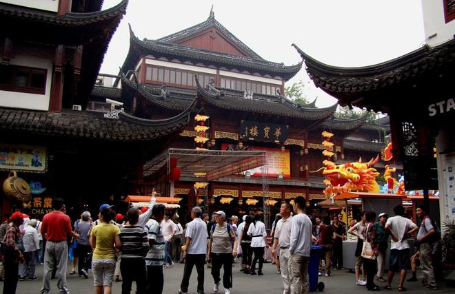 The bustling Shanghai Old Street is popular among both locals and travelers.