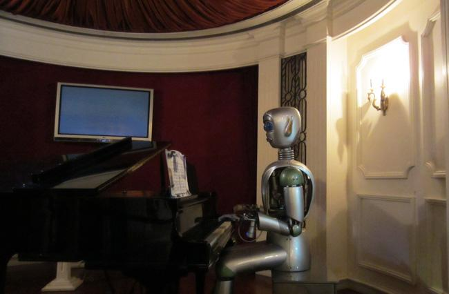 A robot playing piano in Shanghai Science & Technology Museum.