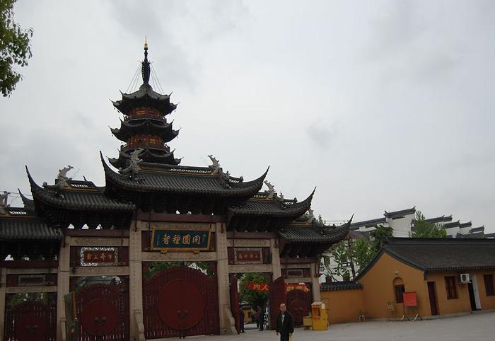 Longhua Temple of Shanghai is the oldest, largest and most majestic Buddhist building in the lower reaches of Yangtze River Delta.