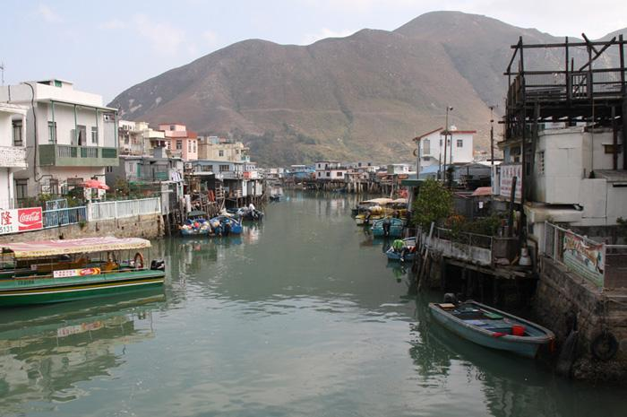 The village is surrounded by mountains on three sides and faces Macau and Zhuhai across the Lingding Ocean in the west.