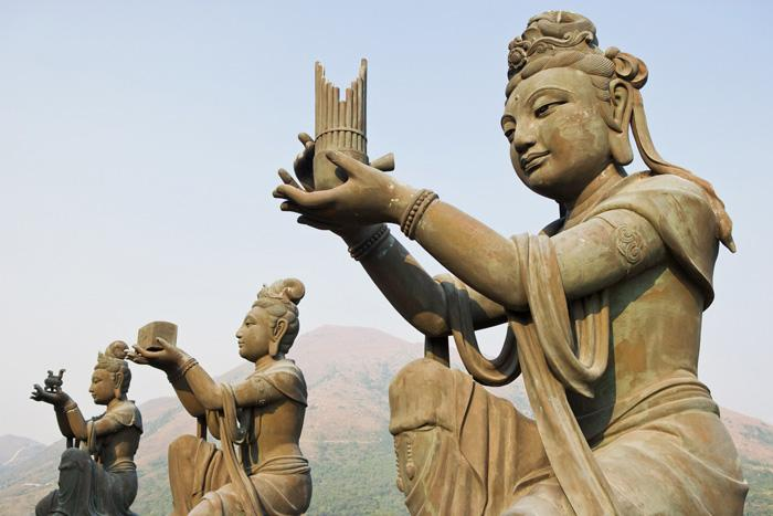 Six bronze statues suround the giant Buddha and offer to Buddha.
