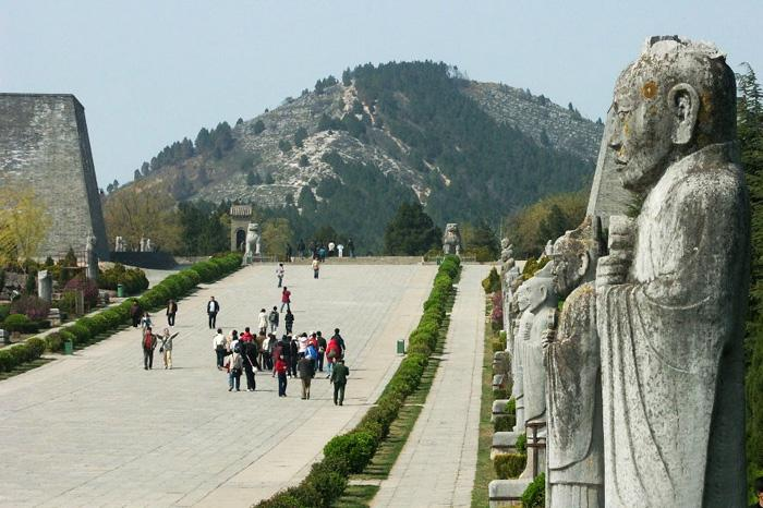 The way leads to the Qianling Mausoleum is guarded by stone statues on both sides.