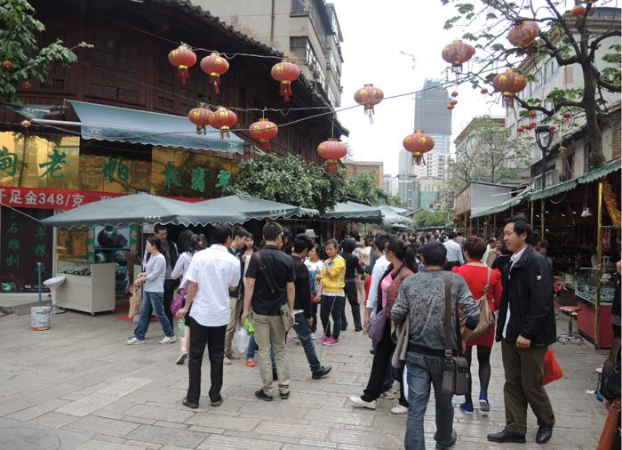 Kunming Flowers and Birds Market are crowded with peopel every day.