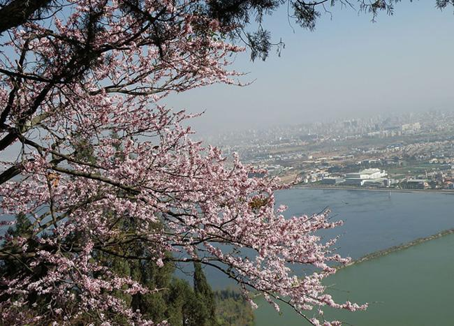 Dianchi Lake in spring, Kunming