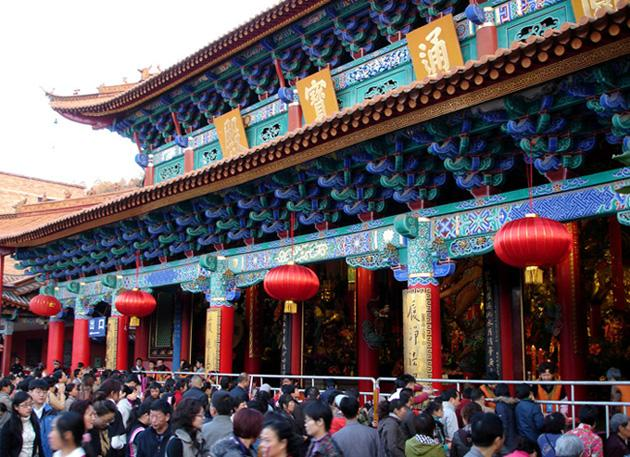 The bustling temple fair in Yuantong Temple