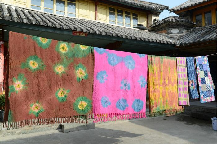 The tie-dyed cloth hanging for drying, Zhoucheng of Dali