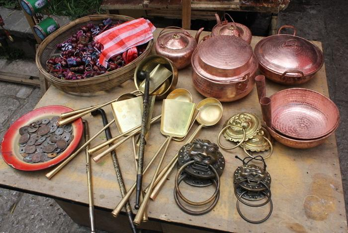 The bronze crafts sold on the town