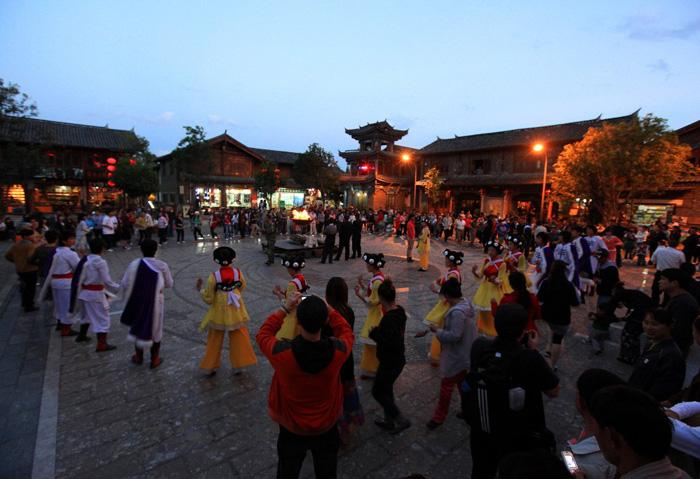 The happy gathering in the evening in Shuhe Old Town