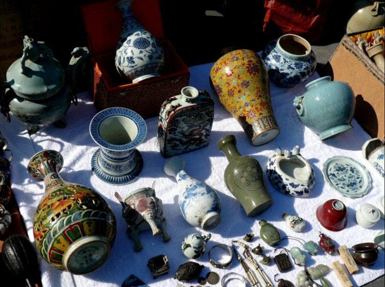 Porcelains and Other Antiques Sold at Panjiayuan Market in Beijing