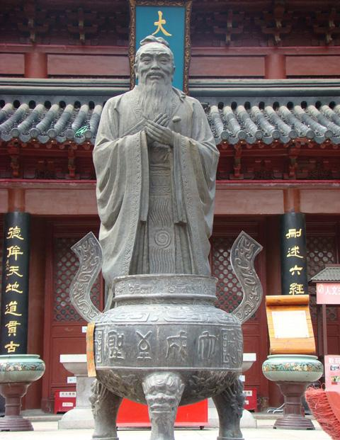The statue of Confucius in the front of Dacheng Hall