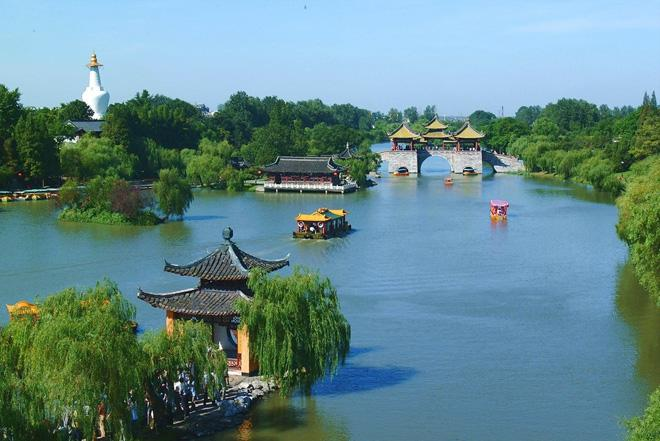 Slender West Lake of Yangzhou is similar to Hangzhou West Lake but more bijou and exquisite.