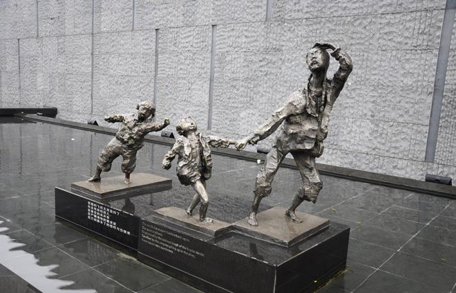 The sculpture of a fleeing scene of the history event