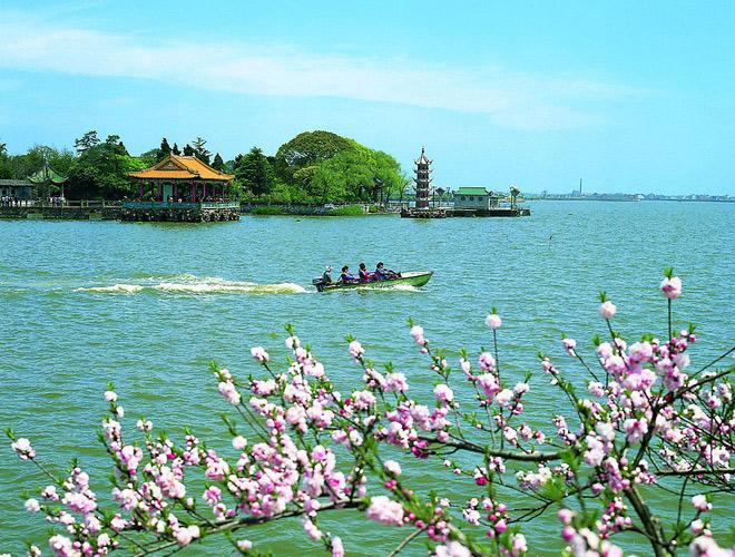 Li Garden, lies on the western bank of Li Lake, is 1.7 times the size of Hangzhou West Lake.