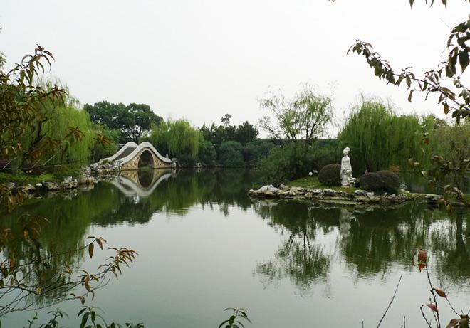 The elegant arch bridge and Xishi Statue