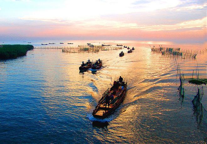 A charming scene of Taihu Lake with boats