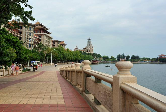 The broad footpath on the bank in Jimei